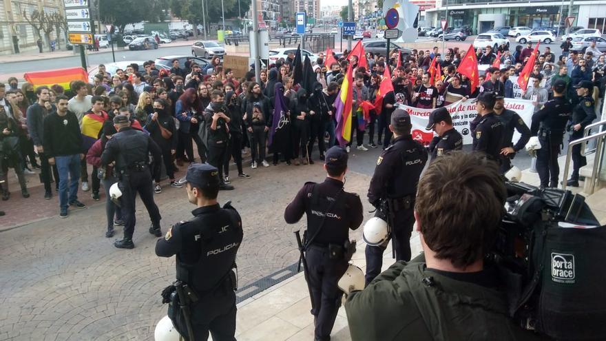 Los actos de Hazte Oír y Vox en Murcia se saldan con enfrentamientos entre grupos antifascistas y la policía