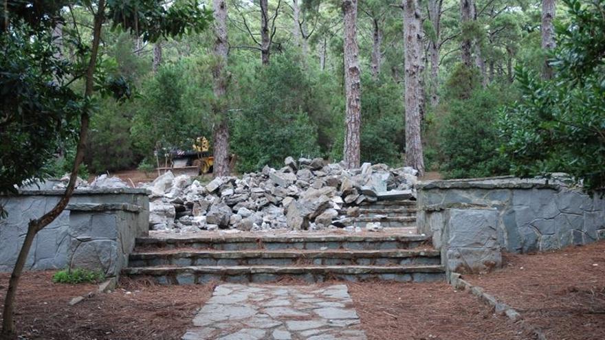 Restos del monolito de Las Raíces una vez acabó el derribo