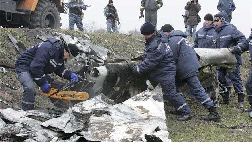 Reanudan la recogida de restos del avión malasio siniestrado en este Ucrania