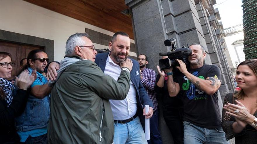 El concejal de Cohesión Social de Las Palmas de Gran Canaria, Jacinto Ortega (c), de Podemos, tras denunciar ante la Policía que anoche dos encapuchados le dieron una paliza cuando volvía a su casa tras asistir al mitin de Pablo Iglesias.