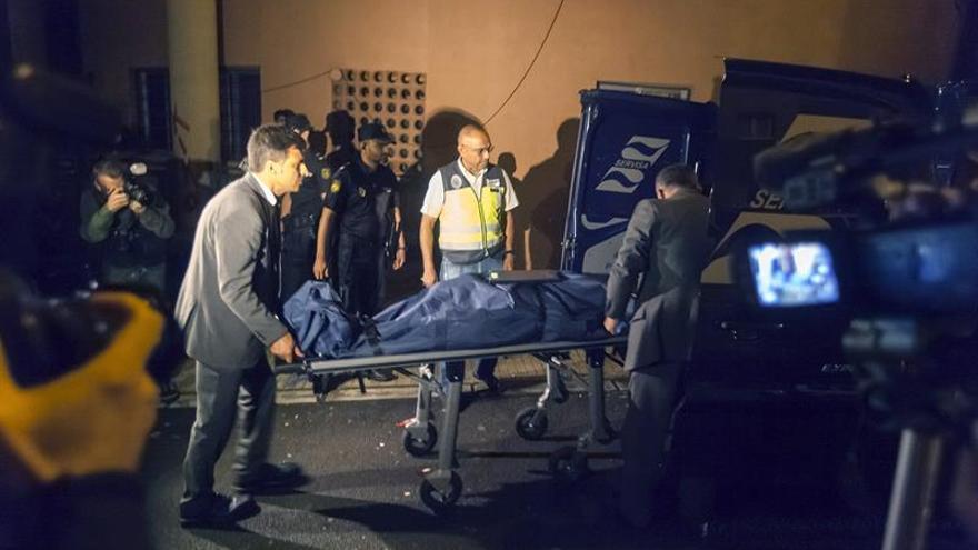 Traslado del cuerpo de la mujer de 73 años que ha sido hallada esta tarde muerta, con señales de violencia. Efe