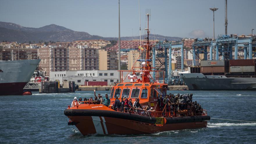 Un barco de Salvamento Marítimo entrando en el Puerto de Algeciras con decenas de personas rescatadas en el Estrecho de Gibraltar