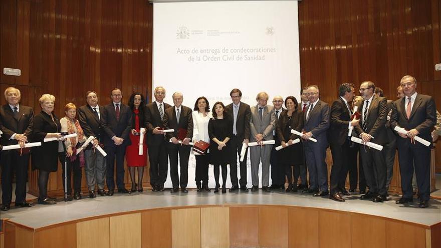 El Gobierno premia a los comités científicos del ébola y la hepatitis C