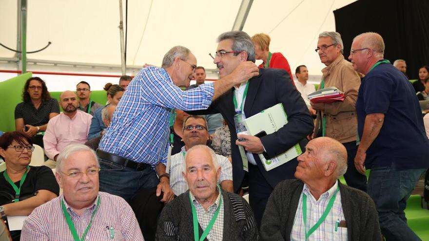 Román Rodríguez saluda a un compañero de partido. (Alejandro Ramos)