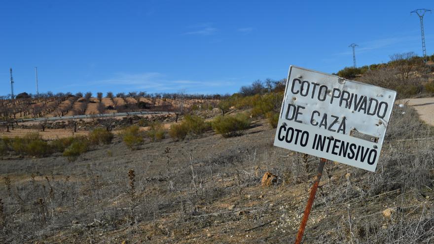 Cartel coto intensivo de caza / Foto: Javier Robla