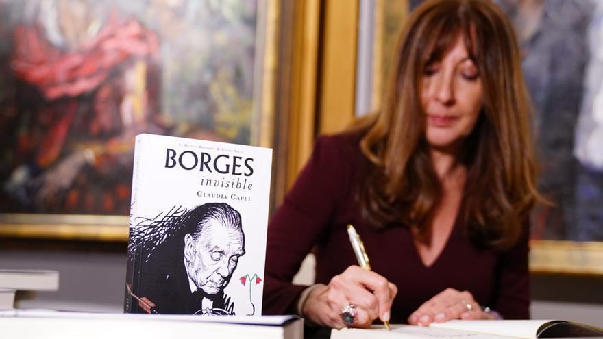 Claudia Capel, firmando ejemplares de su libro.