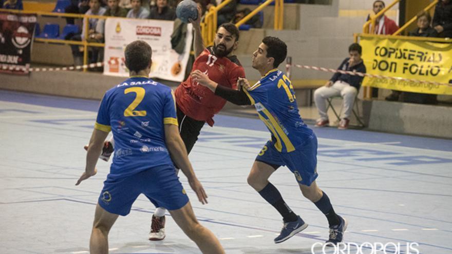 Lance de un duelo entre el Córdoba BM y La Salle. | TONI BLANCO
