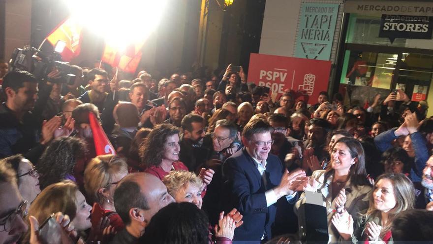 Puig vitoreado a su llegada a la sede de los socialistas de València en la noche electoral