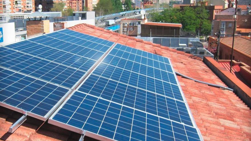 Paneles solares fotovoltaicos instalados en el tejado de un edificio. (EFE).