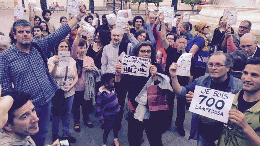 Algunas personas acudieron al lugar de la convocatoria, en la Puerta de Jerez de Sevilla