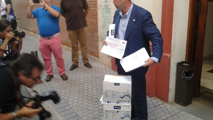 José Antonio Rodríguez presentando los avales en San Vicente (Sevilla)