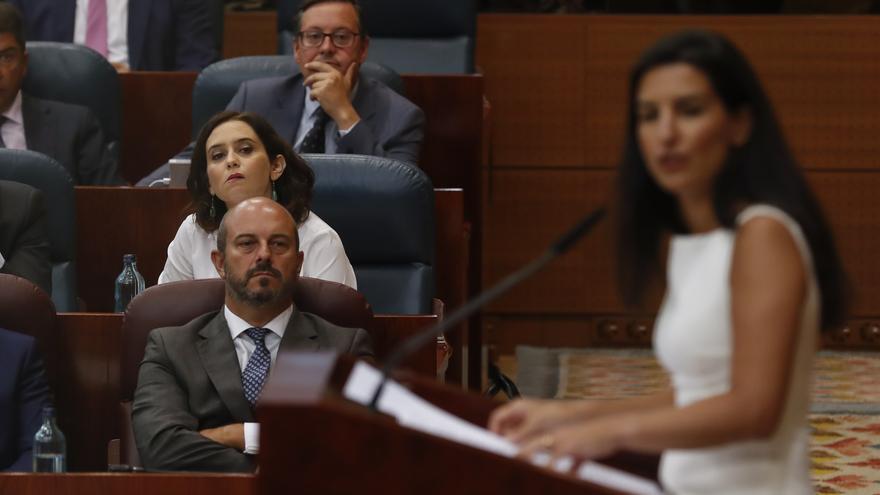Díaz Ayuso observa a Rocío Monasterio durante el debate de investidura en agosto de 2019.