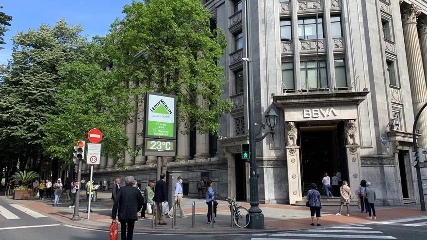 Largas colas en un banco (BBVA) en Bilbao.