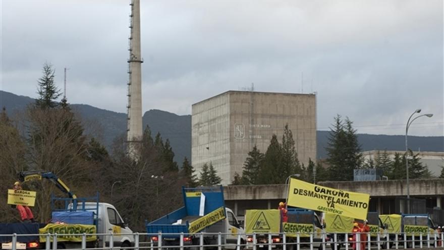 Acción de protesta pacífica de Greenpeace frente a la central nuclear de Santa María de Garoña./ Greenpeace