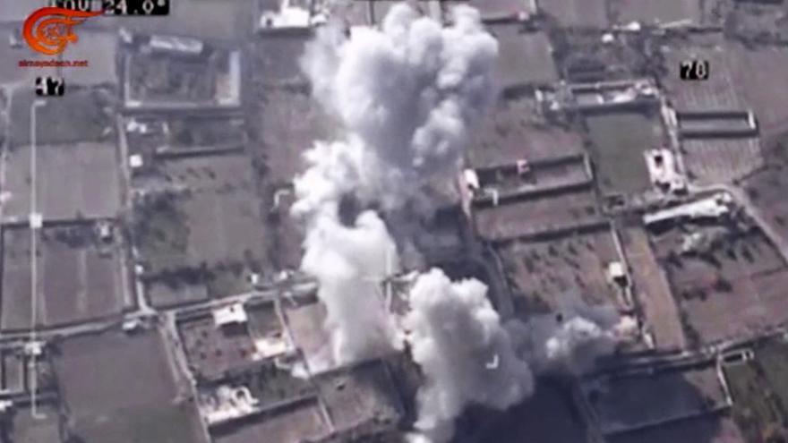 Captura de un vídeo distribuido por la televisión siria que muestra un ataque aéreo