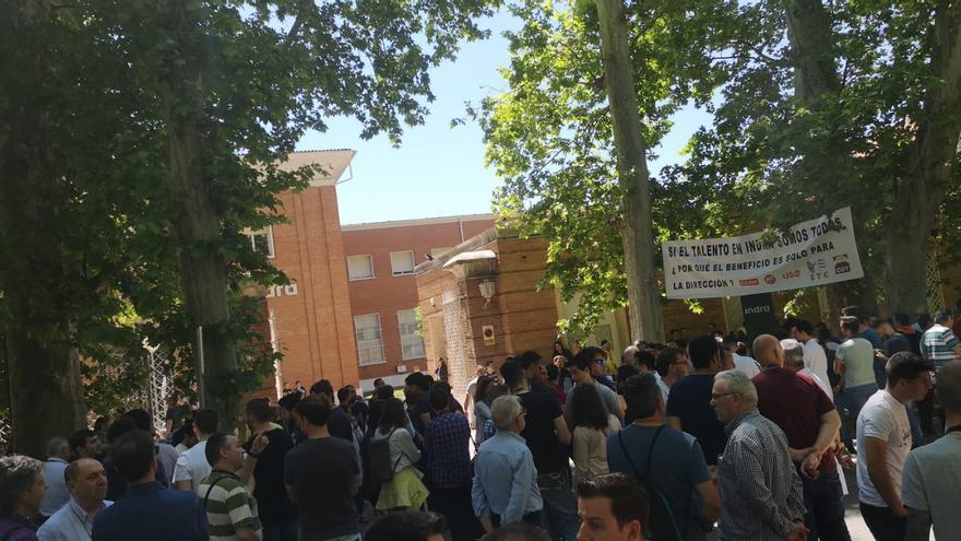 Concentración de los trabajadores frente la centro de trabajo de Indra Sistemas en Aranjuez (Madrid) durante el paro convocado este 13 de mayo.
