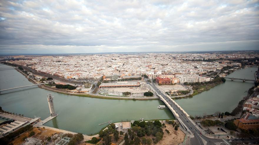 El edificio más alto de Andalucía, Torre Sevilla, permite ver toda la ciudad desde su casi 180 metros (Foto: Luis Serrano).