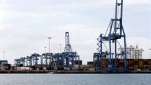 Los estibadores trabajan a mitad de rendimiento en la segunda jornada de huelga en el Puerto de La Luz