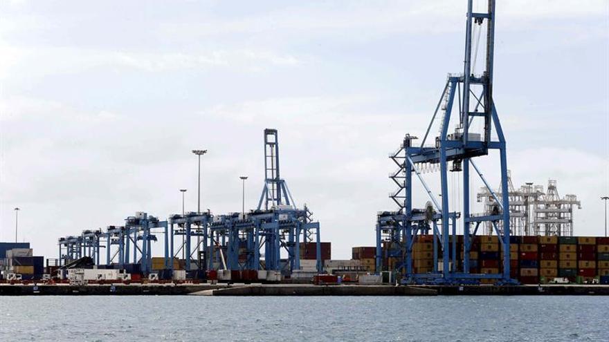 Varias grúas paradas en la terminal de contenedores del puerto de Las Palmas.