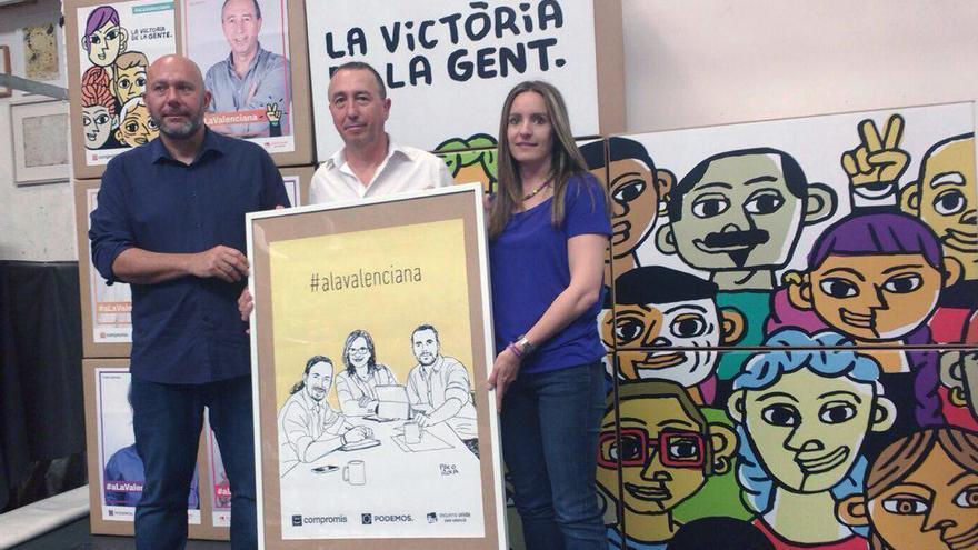 Ricardo Sixto, Joan Baldoví y Àngela Ballester posan con el cartel diseñado por el dibujante valenciano Paco Roca