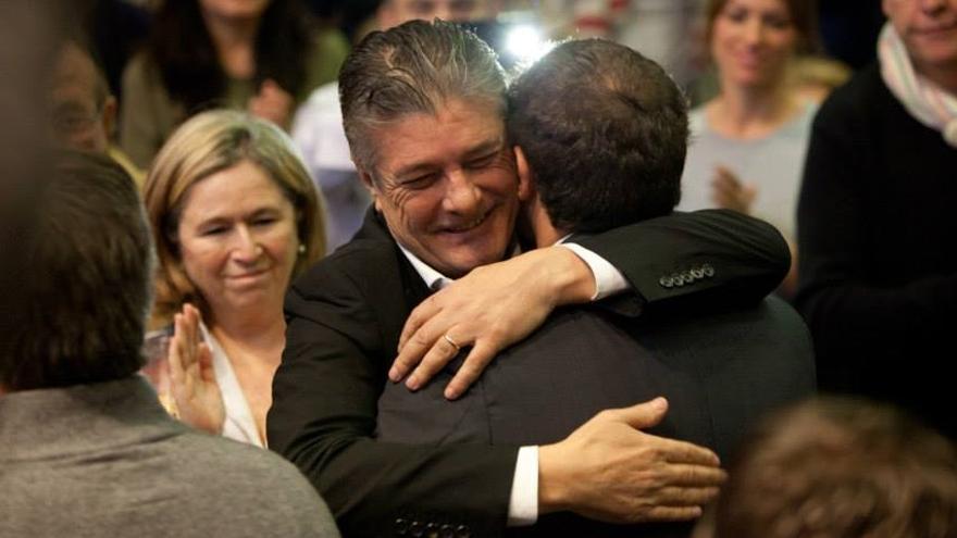 Francisco abraza a Albert Rivera en el acto de presentación de Ciudadanos en Valencia