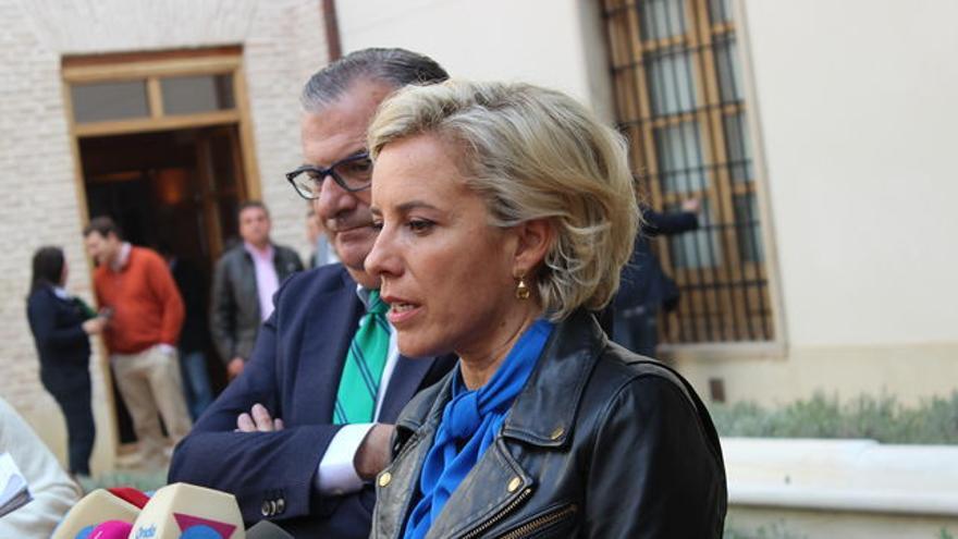 La exconsejera Adela Martínez-Cachá en una rueda de prensa
