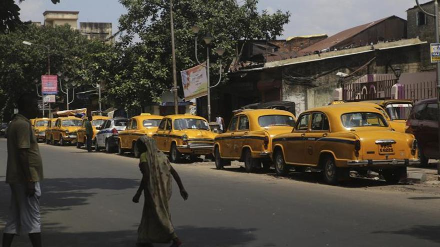 Miles de taxis de Nueva Delhi inician una huelga contra Uber y la india Ola