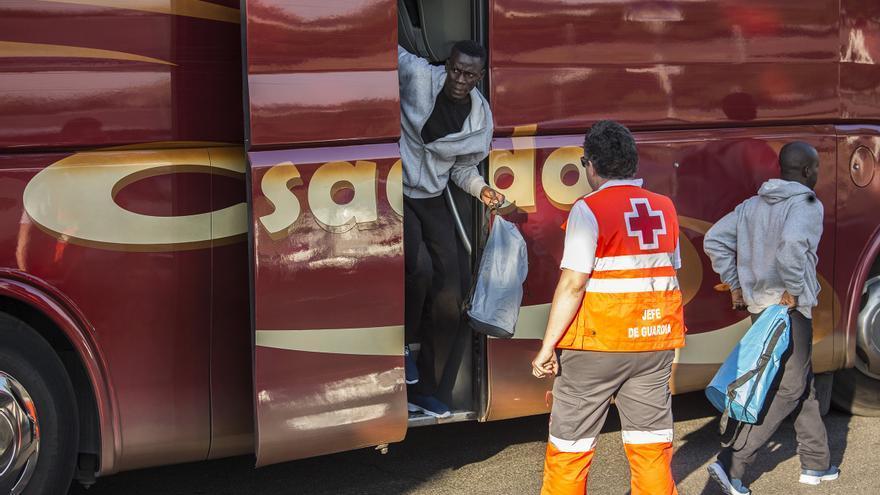 Migrantes rescatados por Salvamento Marítimo en el Estrecho de Gibraltar bajándose del autobús puesto por Cruz Roja para trasladarlos desde Andalucía a Madrid
