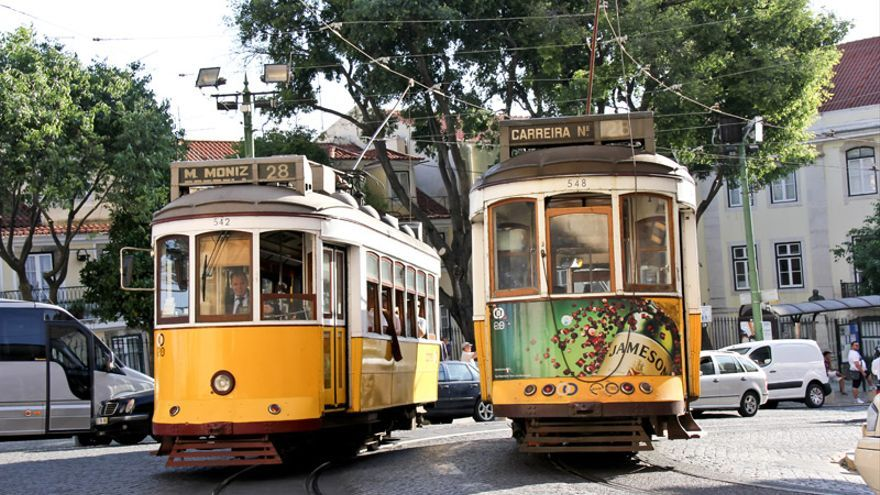 Coches de la Línea 28 de los Tranvías de Lisboa a su paso por el barrio de Alfama.