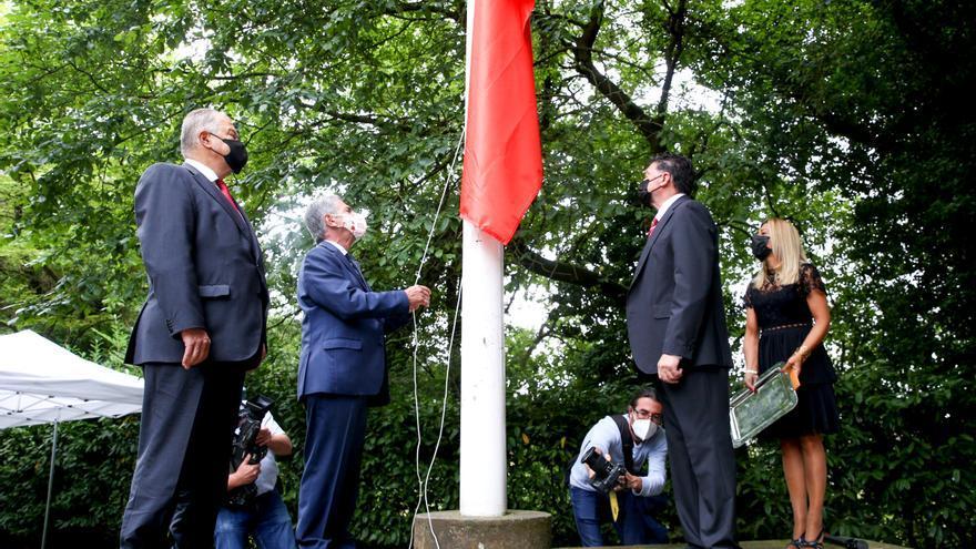 Izado de la bandera en el acto conmemorativo del Día de las Instituciones.