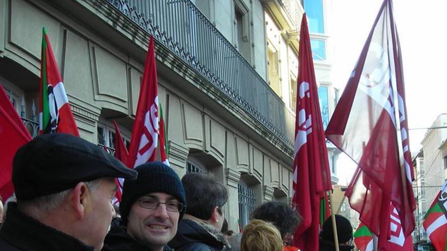 Alfonso Ríos en una concentración frente al Parlamento vasco.