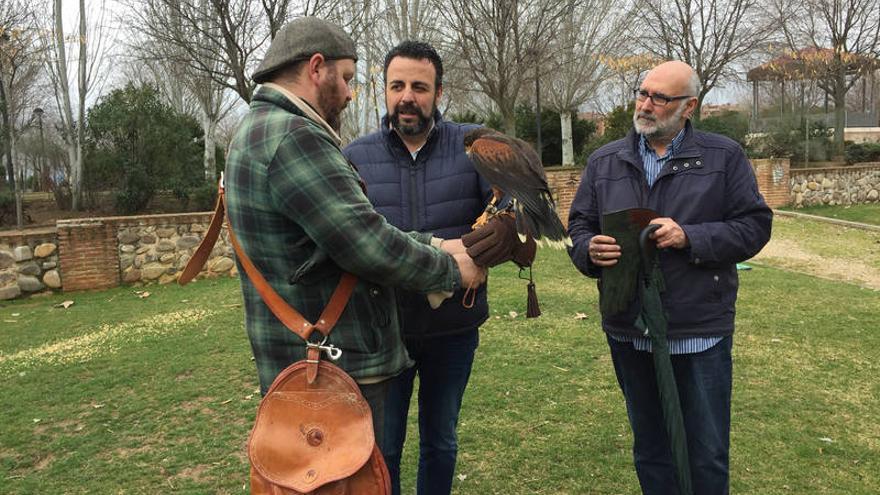 Ya se han empezado a utilizar dos águilas Harris. Fotografía: Ayuntamiento de Azuqueca de Henares