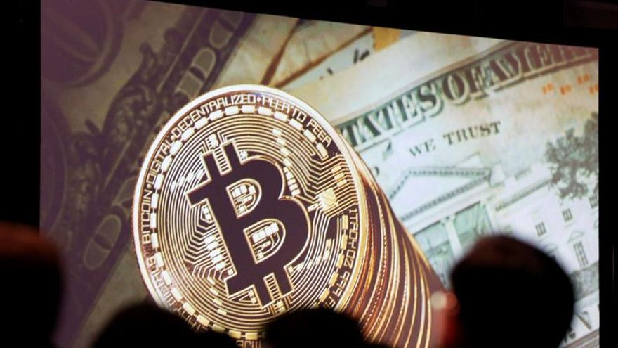 El bitcóin se dispara más del 10 % tras su debut en el mercado de futuros