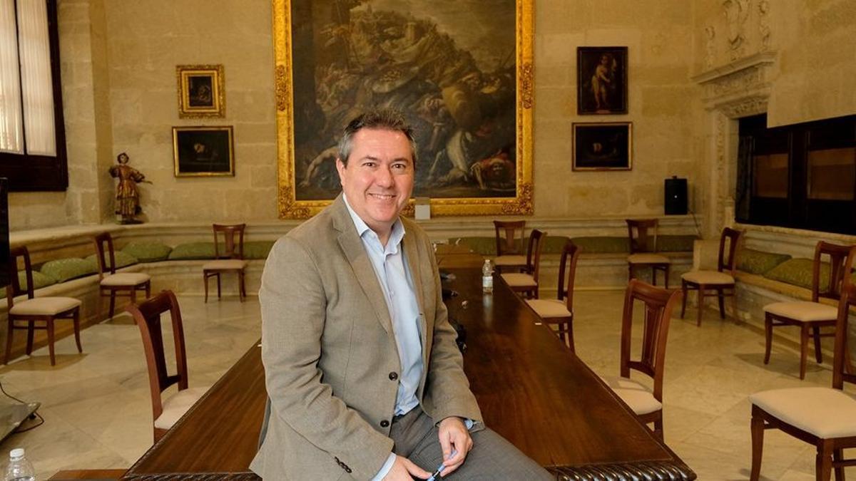 Juan Espadas, en una de las estancias del Ayuntamiento de Sevilla.
