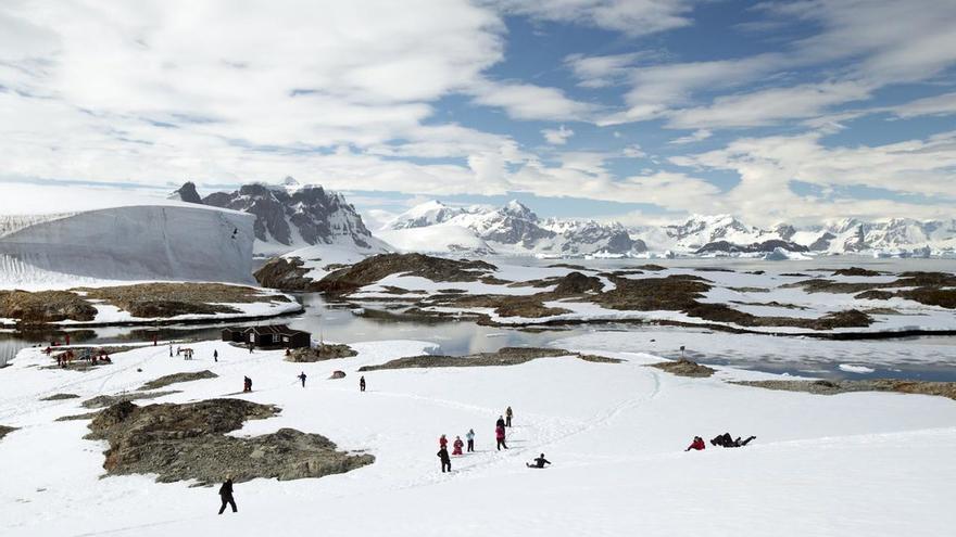 Viajeros juegan en el hielo en un viaje a La Antártida. Christopher Michel