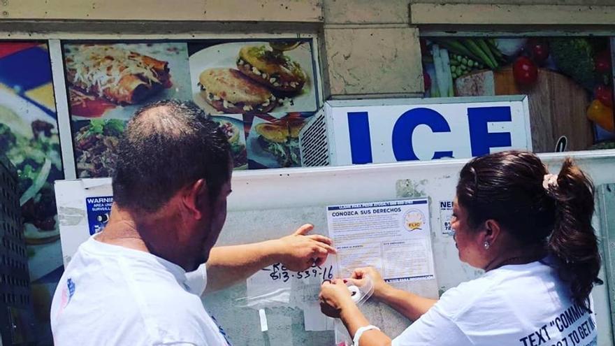Activistas de la Coalición de Inmigrantes de Florida pegan algunos carteles informativos sobre qué hacer en caso de redadas.
