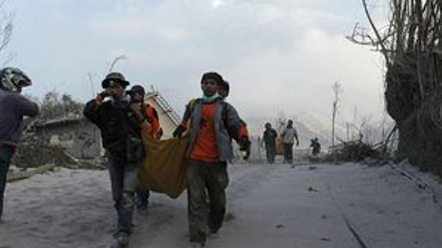 Al menos 25 muertos tras la erupción de un volcán en Java