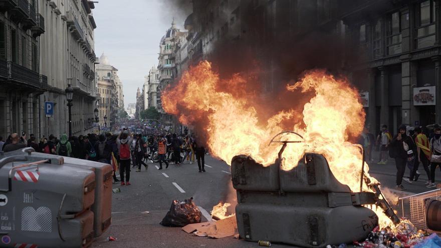 Contenedores ardiendo en la Via Laietana de Barcelona.
