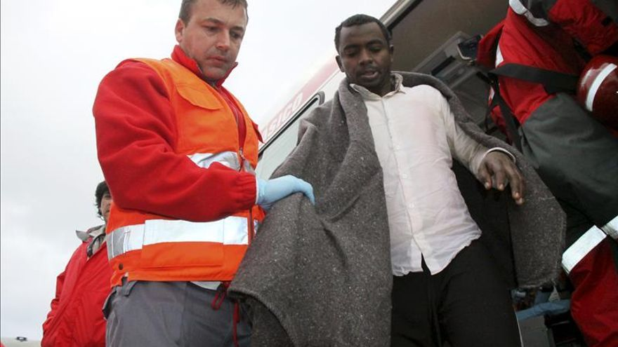 Cinco inmigrantes desembarcan en una playa de Ceuta a bordo de una patera