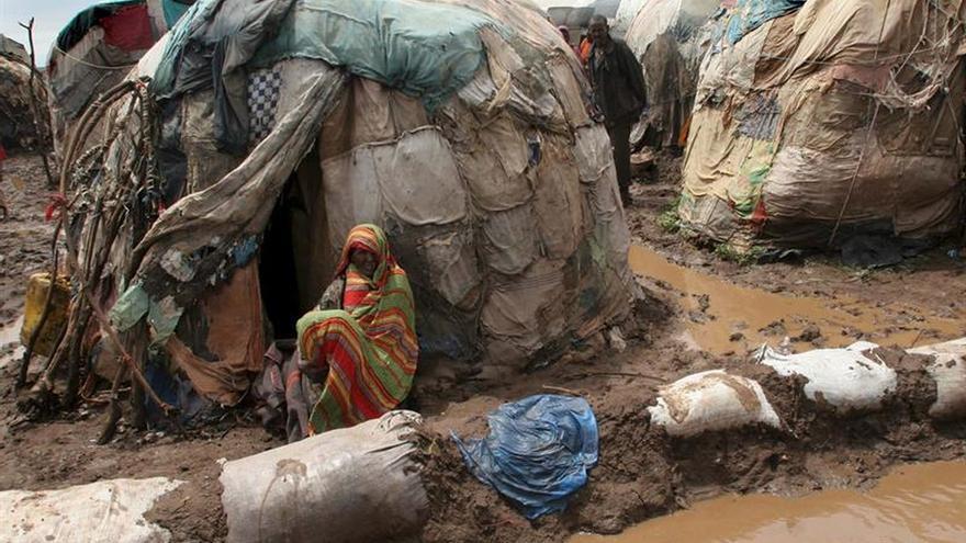 Una mujer sentada en el exterior de su casa, en Bissidimo (Etiopía) en una zona afectada por fuertes lluvias e inundaciones.