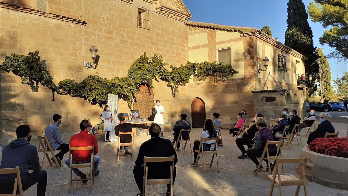 Andrés Seral (INMA) y Elena Atrián (INMA) durante una de las sesiones en la Noche Europea de los Investigadores 2020 en El Viñedo (Loporzano, Huesca)