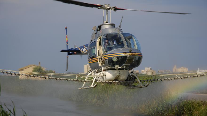 Los técnicos de Lokímica fumigan un foco de mosquitos en helicóptero