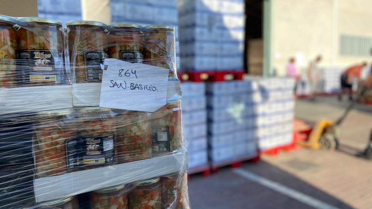 Pales con alimentos a la entrada de las instalaciones de la fundación