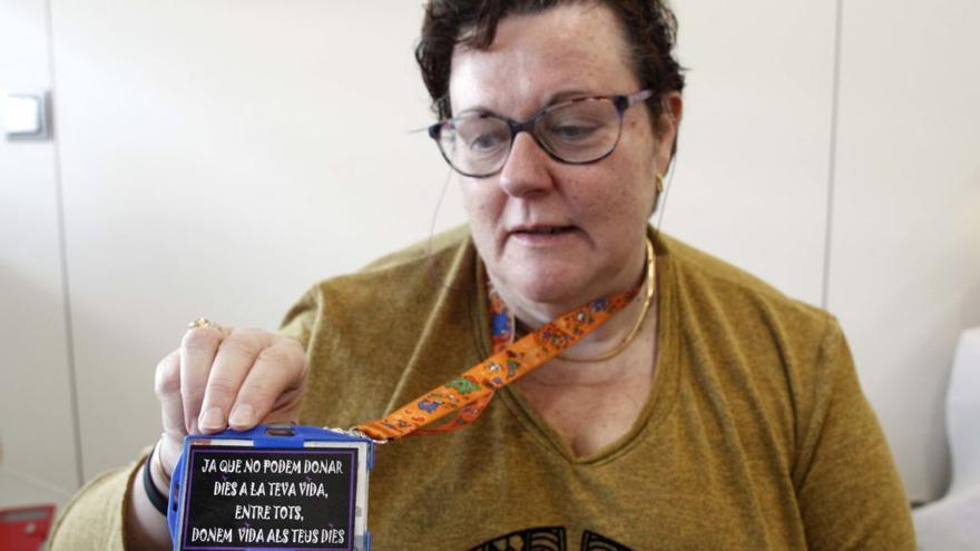 La enfermera Núria Carsi enseñando un collar con la frase de una madre