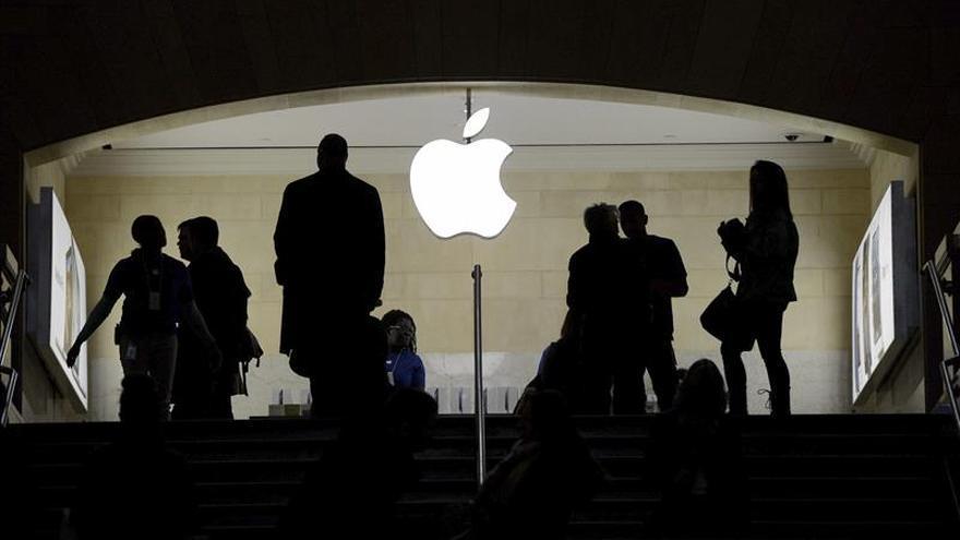 Los fieles de Apple en Nueva York van a un lanzamiento de iPhone poco concurrido