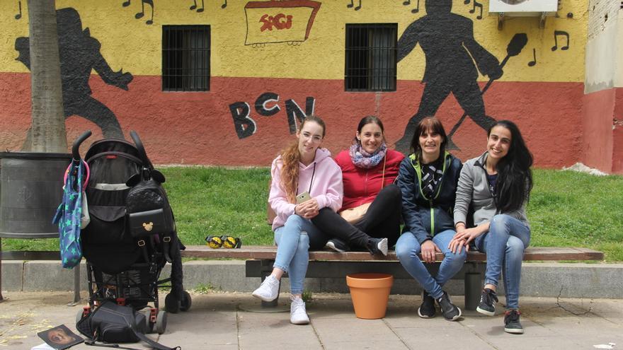 Izaskun y Montse, en el medio, con sus hijas a cada lado, en la calle Chafarinas de Trinitat Nova
