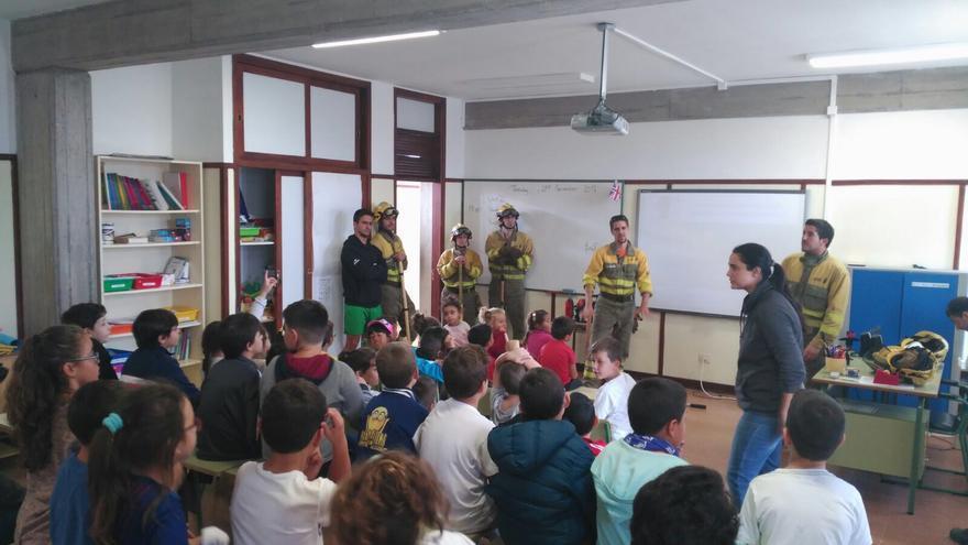 Técnicos del Equipo de Intervención y Refuerzo contra Incendios (EIRIF) de La Palma han impartido este martes en el CEIP de Fuencaliente.