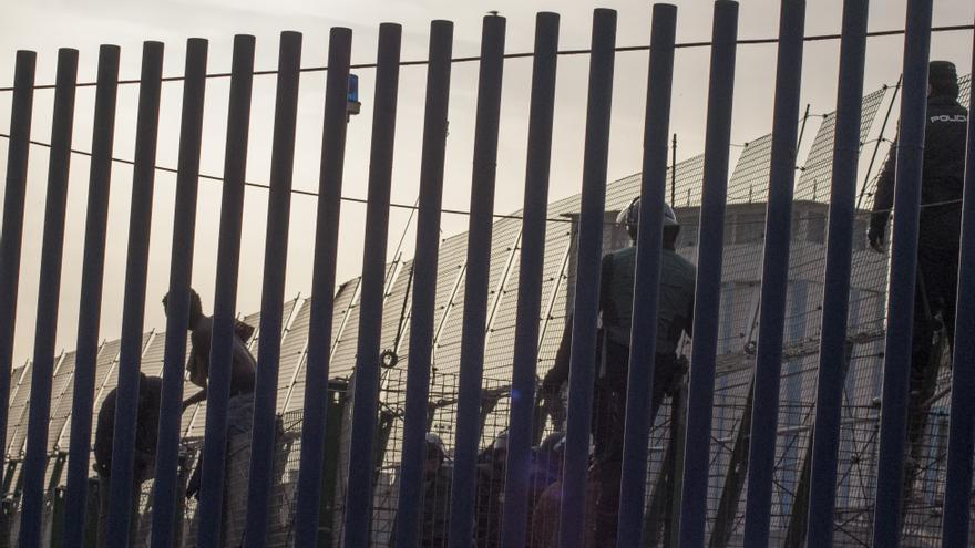 Varios inmigrantes logran superar todo el vallado por el paso de Beni Enzar pero son finalmente expulsadosd a Marruecos, según testigos