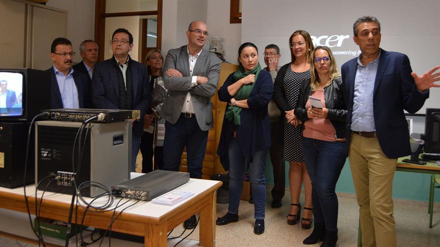 Autoridades y docentes este martes en el IES Virgen de Las Nieves.