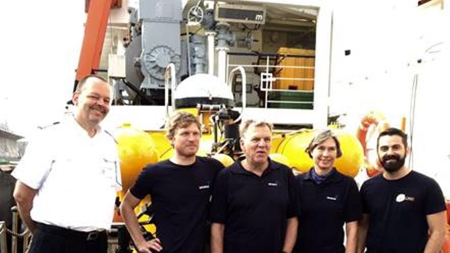 Eugenio Fraile (derecha) junto al capitán del 'Poseidon' y el equipo del submarino  'JAGO', a bordo del cual descenderá este lunes al volcán submarino de El Hierro